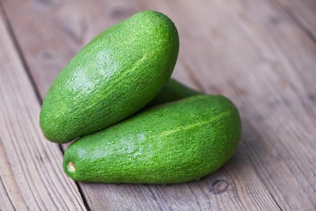 Frische grüne avocado auf einem holztisch