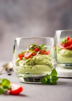 Frische grüne avocado-mousse
