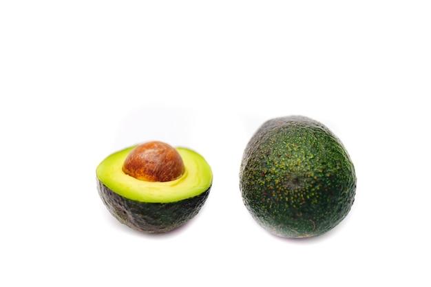 Frische grüne avocados