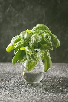 Frische grüne basilikumblätter in einem glas