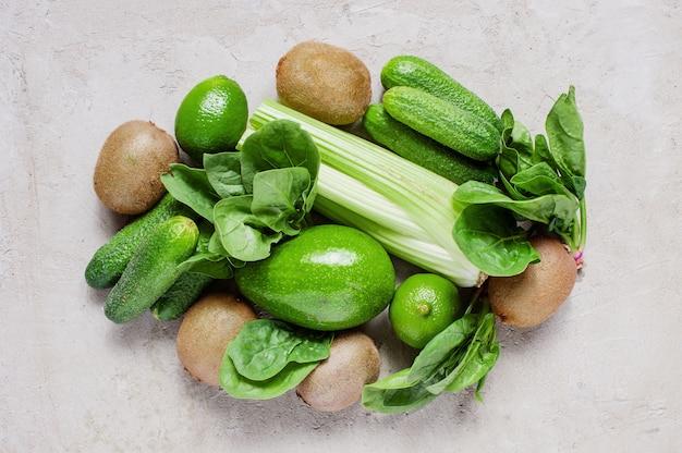 Frische grüne bestandteile für gesunden teller auf dem tisch