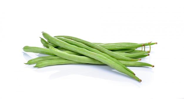 Frische grüne bohnen lokalisiert auf weiß
