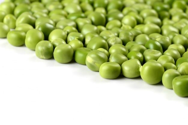 Frische grüne erbse in der weißen platte