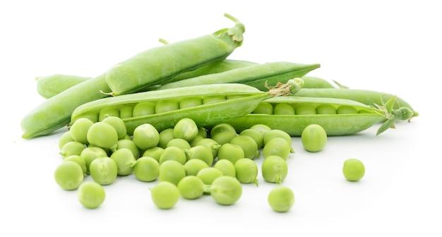 Frische grüne erbsen auf weiß.