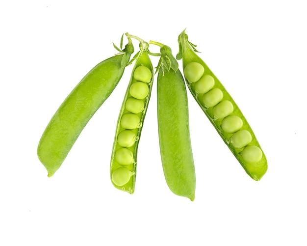 Frische grüne erbsen lokalisiert auf einem weiß.