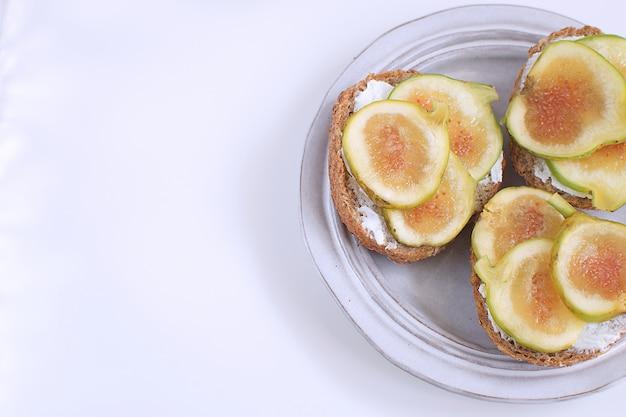 Frische grüne feigen sandwiches canapes graue rustikale platte vollkornbrot