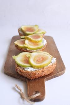Frische grüne feigen sandwiches canapes holzbrett vollkornbrot