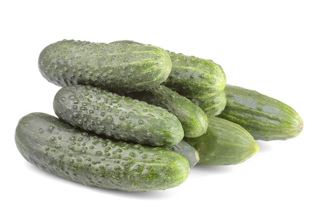 Frische grüne gurken auf weißem lokalisiertem hintergrund. frisches gemüse.