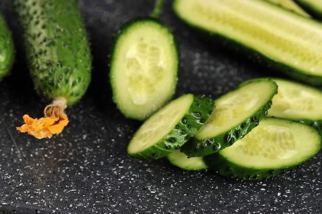 Frische grüne gurken ganz und geschnitten