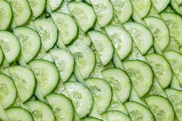 Frische grüne gurkenscheiben als hintergrund. draufsicht.