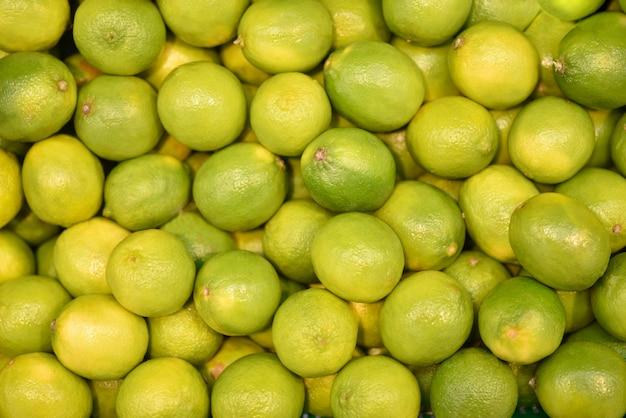 Frische grüne kalke der lebensmittelfrucht, hintergrund. frisches imes muster für verkauf im markt