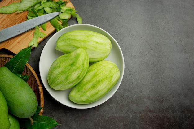 Frische grüne mango auf dunkler oberfläche
