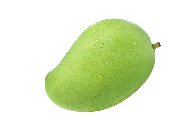 Frische grüne mangofrüchte mit wassertropfen lokalisiert auf weißem hintergrund. beschneidungspfad