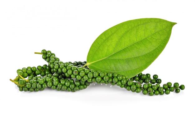 Frische grüne pfefferkörner auf weiß