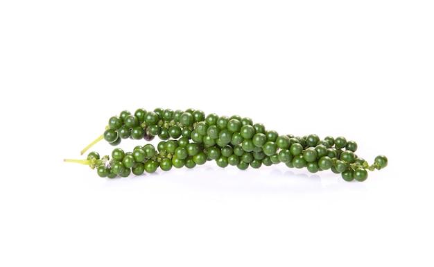 Frische grüne pfefferkörner lokalisiert auf einem weißen hintergrund.