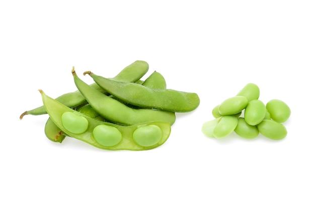 Frische grüne sojabohnen lokalisiert auf weiß