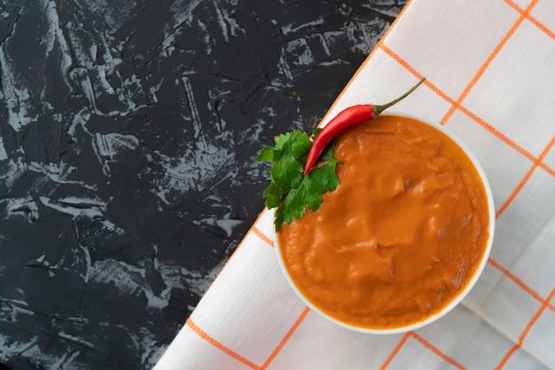 Frische grüne suppe oder smoothie mit tomaten und avocado, italienische gazpacho-gerichte