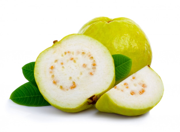 Frische guajava-frucht mit blättern und scheiben trennte weiß