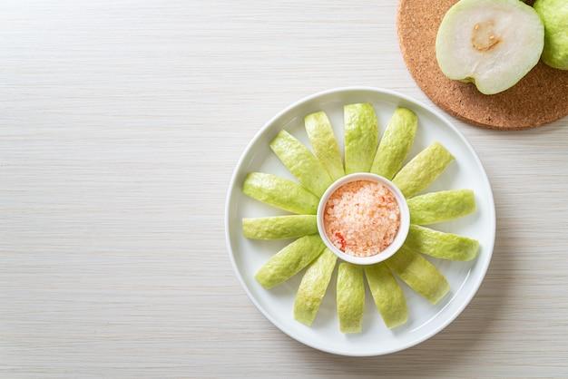 Frische guave in scheiben geschnitten mit chili und salz