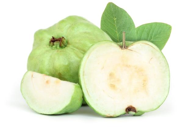 Frische guave lokalisiert auf weißem hintergrund.