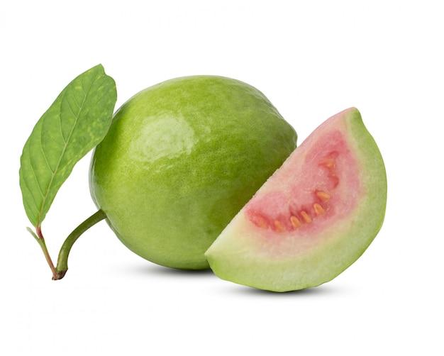 Frische guave mit dem blatt getrennt auf weißem hintergrund. mit beschneidungspfad