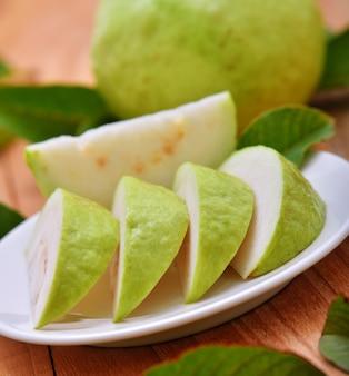 Frische guavenfrucht auf holztisch