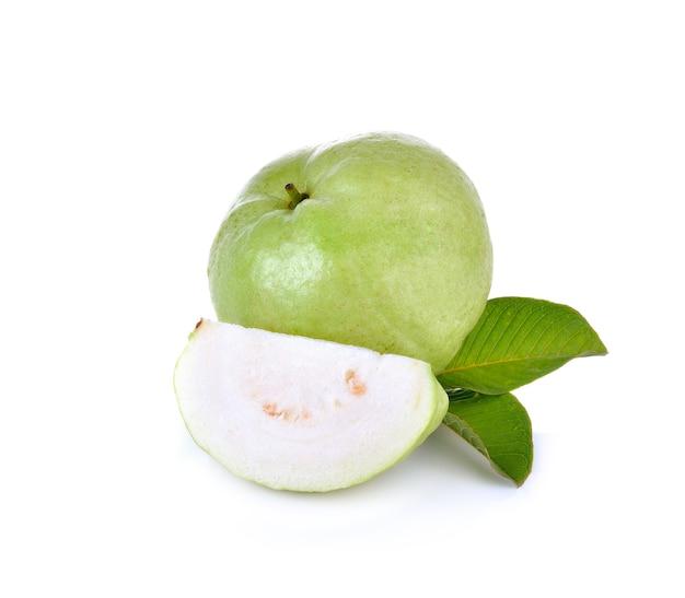 Frische guavenfrucht auf weißer wand
