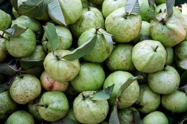 Frische guavenfrucht aus der landwirtschaft auf rattankorb aus der draufsicht
