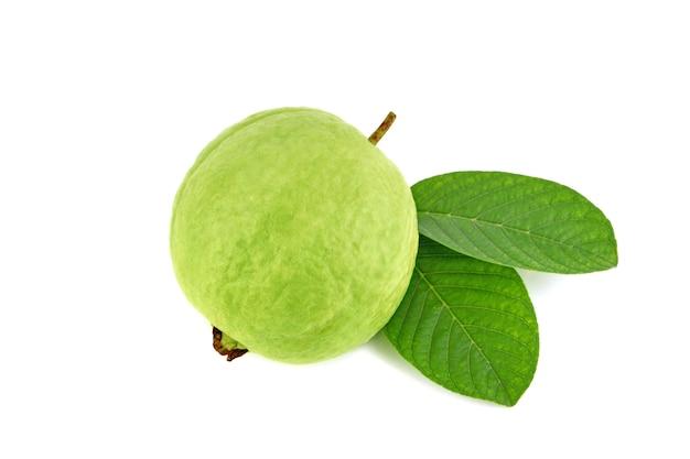 Frische guavenfrucht mit blatt lokalisiert auf weiß