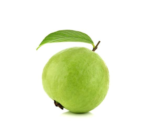 Frische guavenfrucht mit blatt lokalisiert
