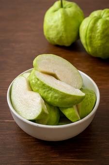 Frische guavenfrüchte in scheiben geschnitten