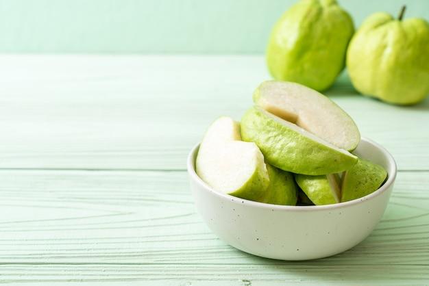 Frische guavenfrüchte (tropische früchte) in scheiben geschnitten