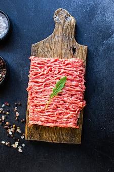 Frische hackfleischmühle mahlzeit zutat auf dem tisch