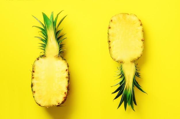 Frische hälfte geschnittene ananas auf gelb