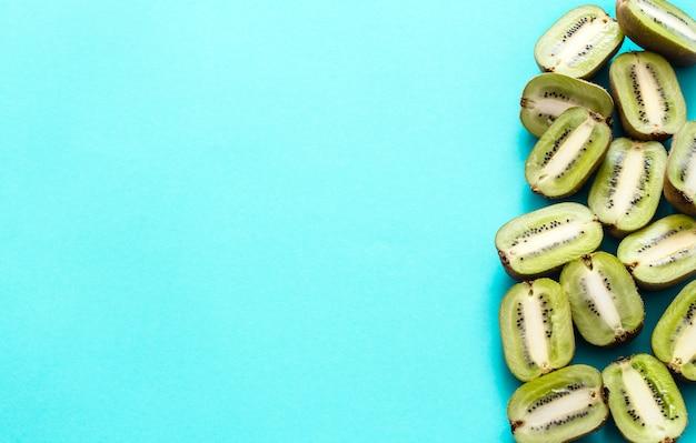 Frische hälften der kiwi auf einem blauen hintergrund, pop-art. draufsicht, nahaufnahme, kreatives konzept