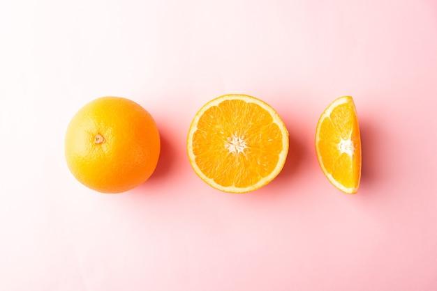 Frische halbe orangenfruchtscheibe und volle orange