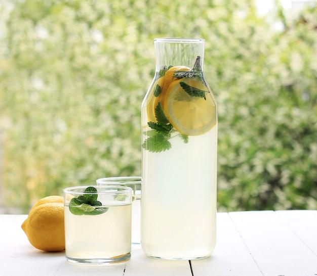 Frische hausgemachte flasche limonade