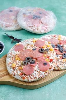 Frische hausgemachte gefrorene mini-pizzen.