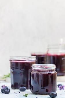 Frische hausgemachte heidelbeer-, lavendel-rosmarin-marmelade in gläsern