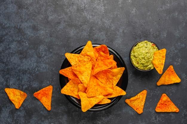 Frische hausgemachte heiße guacamole-sauce mit nachos, draufsicht
