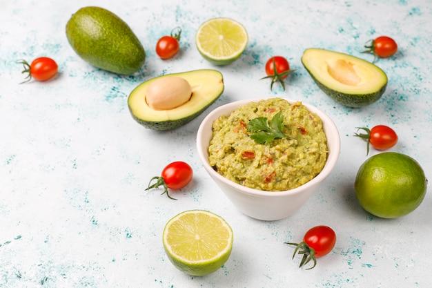 Frische hausgemachte heiße guacamole-sauce mit zutaten, draufsicht