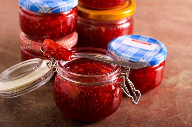 Frische hausgemachte himbeer-pfirsich-marmelade im glas
