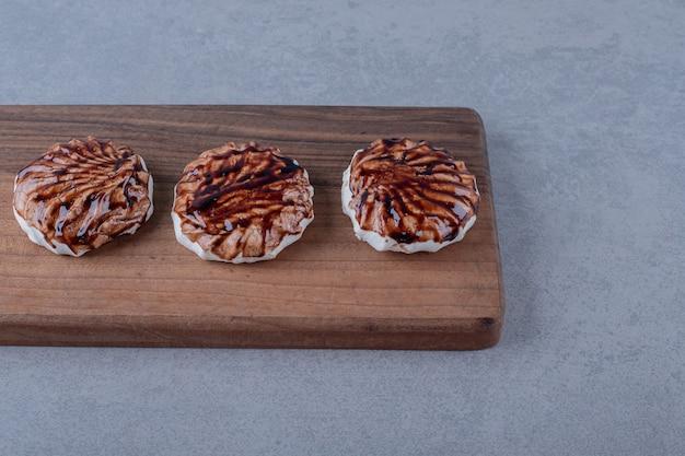 Frische hausgemachte kekse auf holzbrett