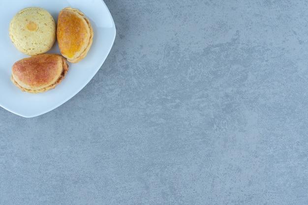 Frische hausgemachte kekse. leckere kekse auf dem teller.