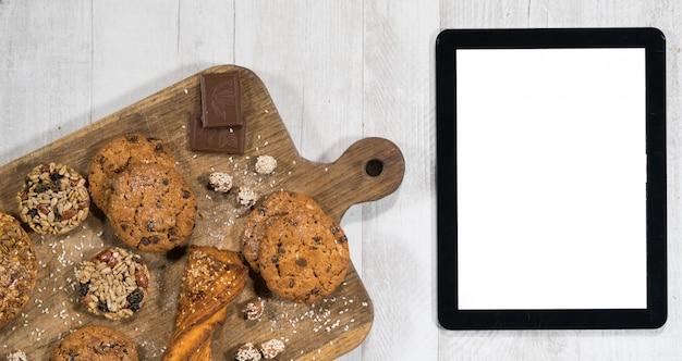 Frische hausgemachte kekse mit tablet