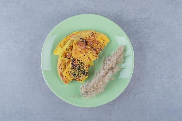Frische hausgemachte keksscheiben auf grünem teller