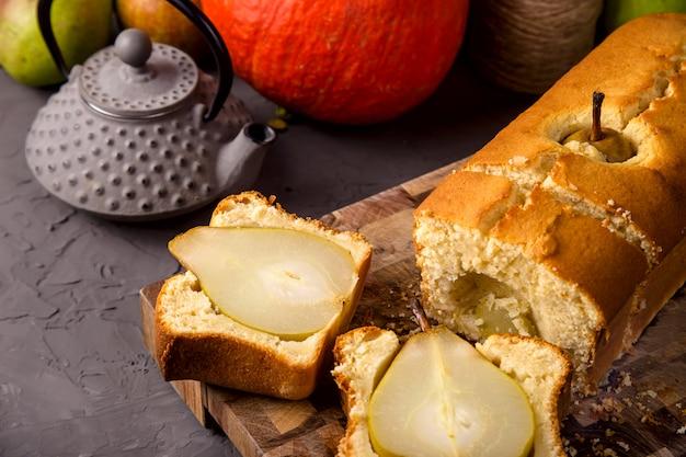 Frische hausgemachte kuchen mit ganzen birnen als herbstdessert