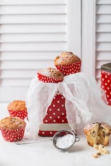 Frische hausgemachte leckere muffins mit rosinen