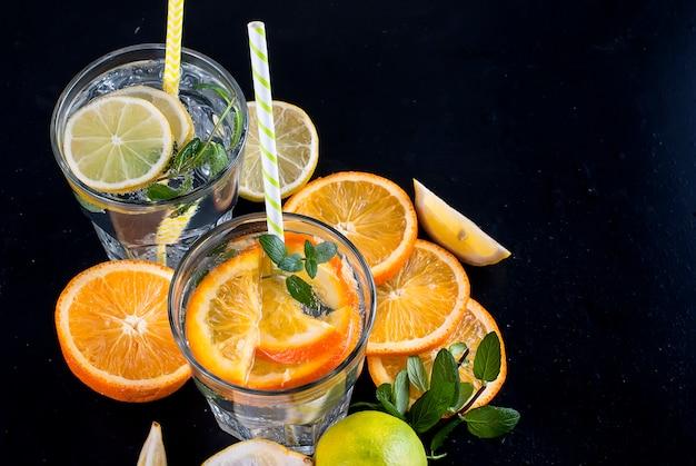 Frische hausgemachte limonade im glas mit eis und minze.