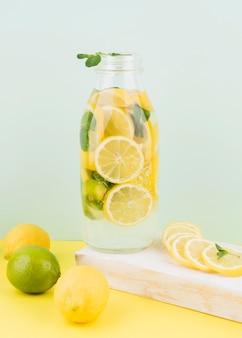 Frische hausgemachte limonade zum servieren bereit